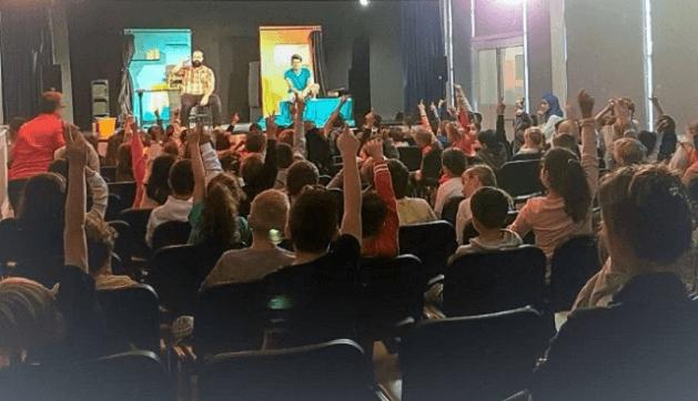 Représentation théâtrale « Oui, mais si ça arrivait », compagnie Essentiel Ephémère, 4.10.2018, à Villeneuve-Loubet, 120 élèves (CASA).